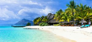 Bilde av en strand og blått hav